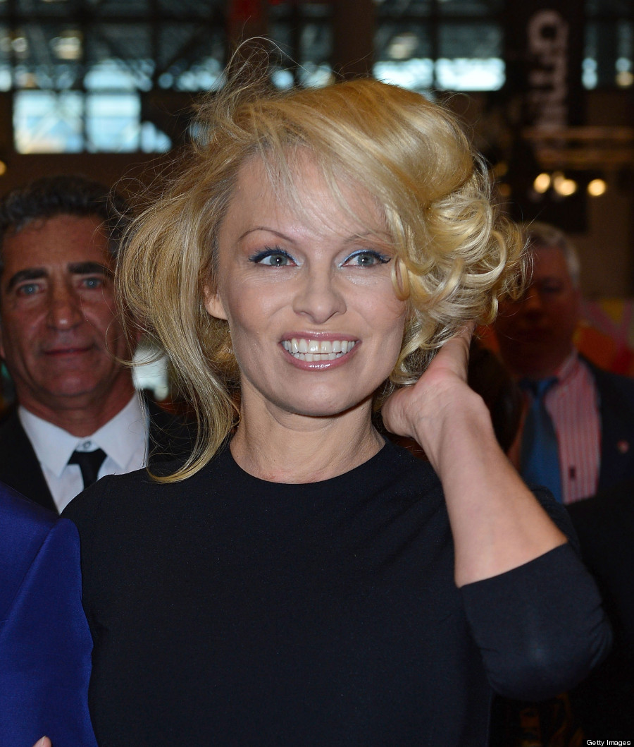 Pamela Anderson Wears Modest Dress: \'Baywatch\' Beauty Poses At ...