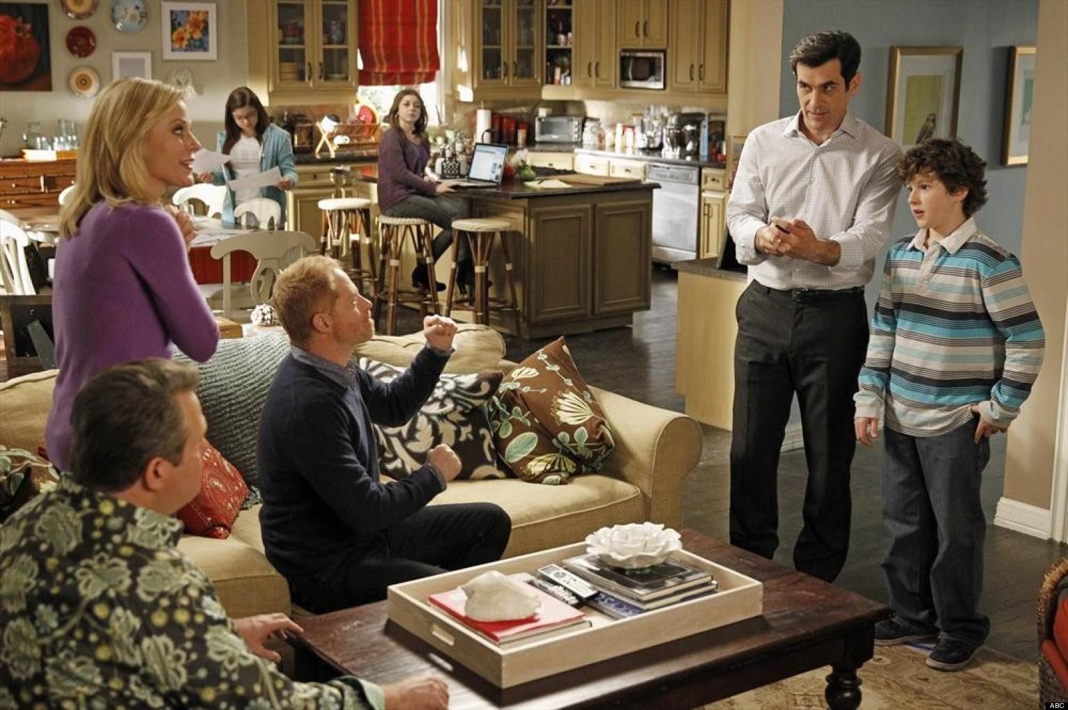 39 modern family 39 renewed abc orders season 5 huffpost for Modern family dunphy house decor