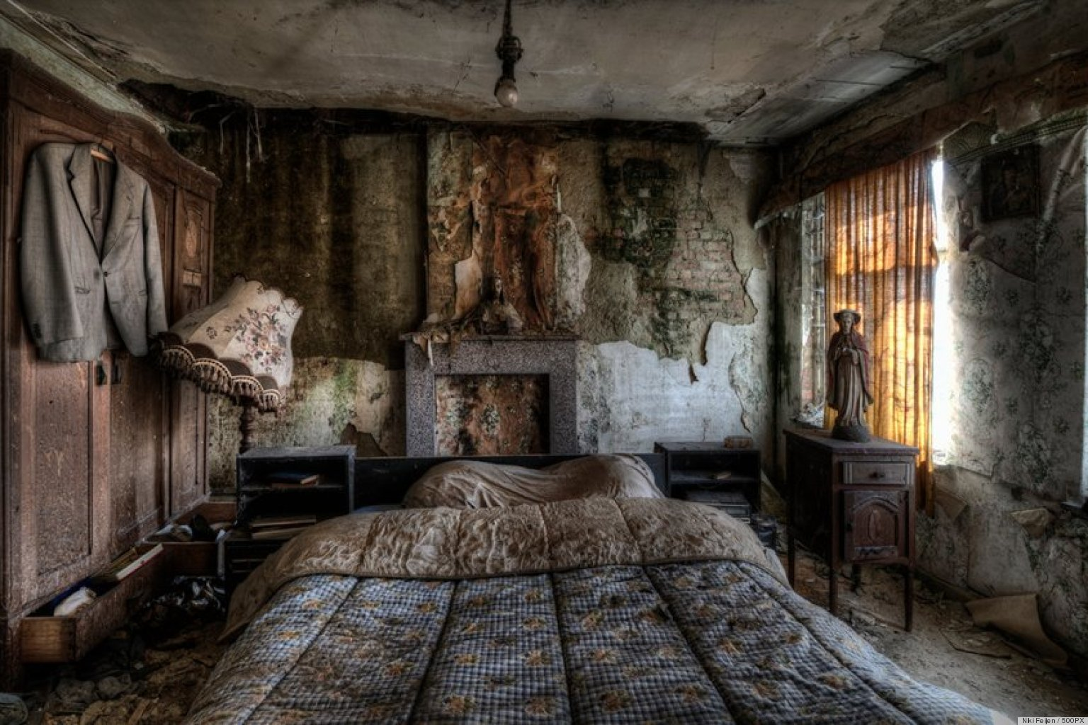 stunning pics of an abandoned farmhouse where the bed is still made photos huffpost. Black Bedroom Furniture Sets. Home Design Ideas