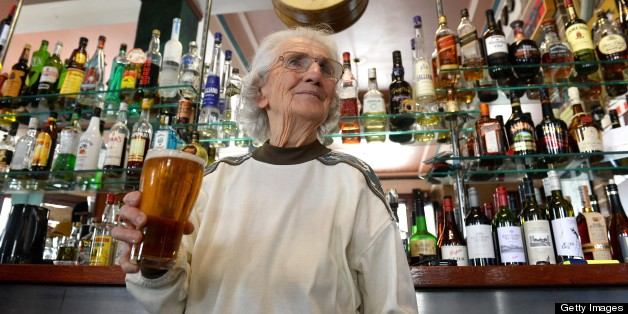 Lil Miles, Sydney's Oldest Barmaid, Still Serving Beers At 91 (PHOTOS)
