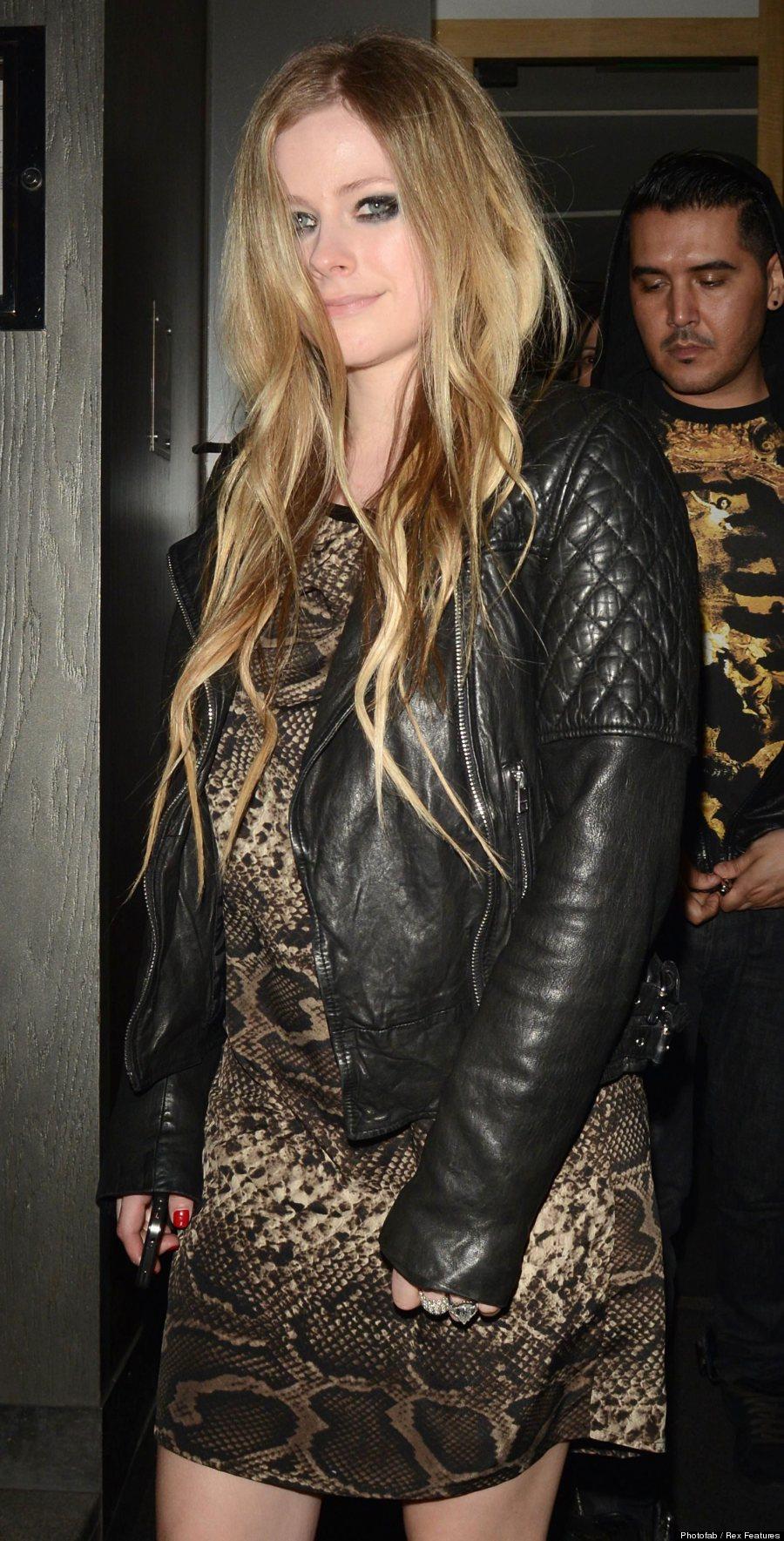 Avril lavigne pregnant loose fitting snakeskin dress fuels avril lavigne voltagebd Gallery