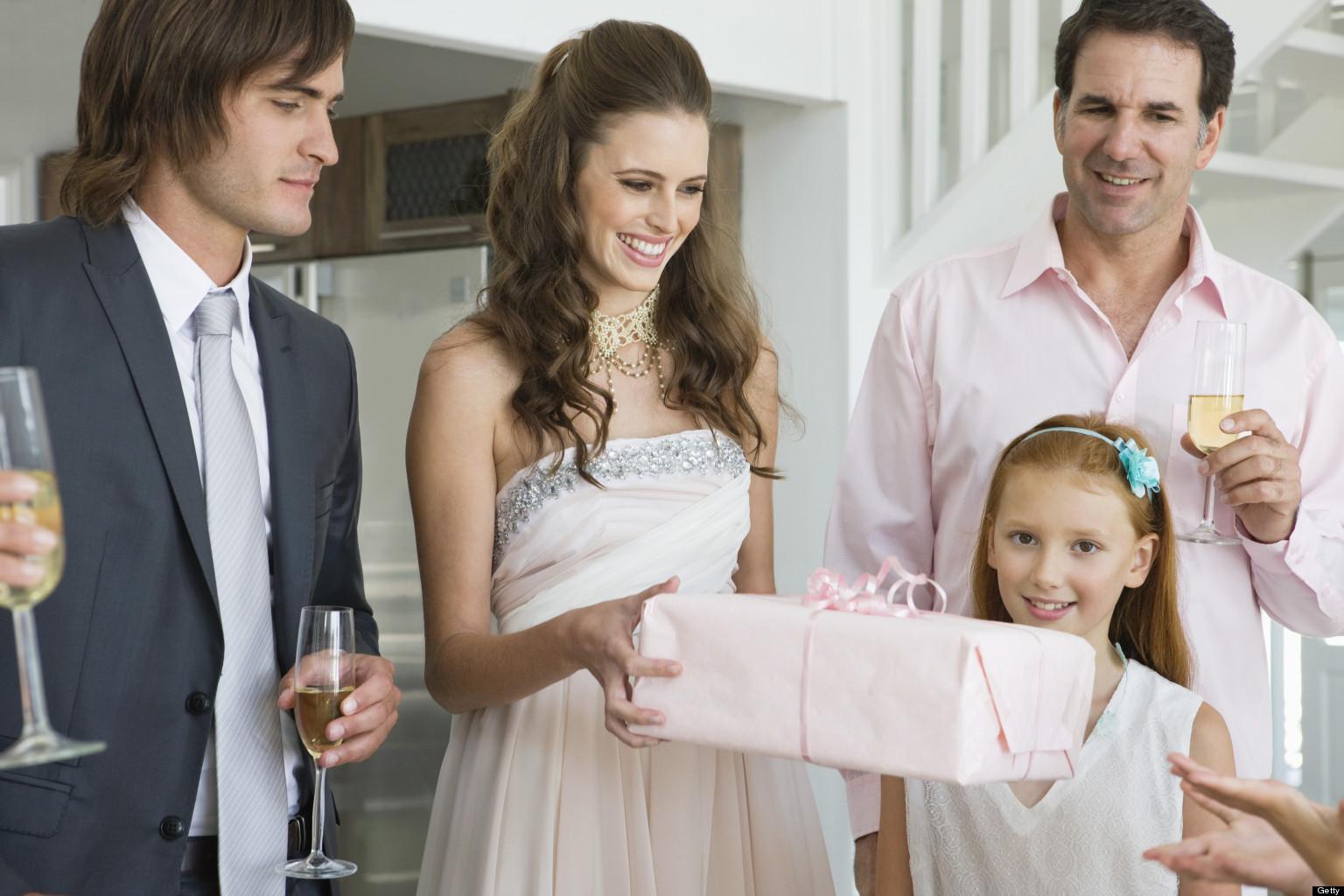 Когда вручать молодоженам подарок