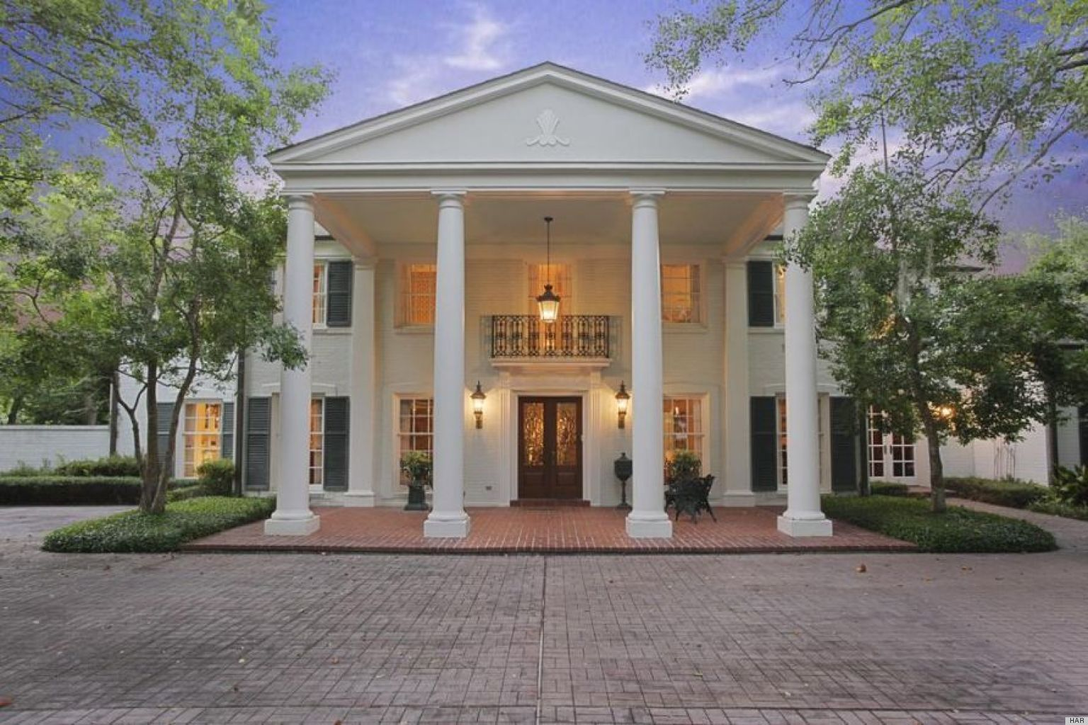 River oaks home in houston texas is a fine example of for Modern southern homes