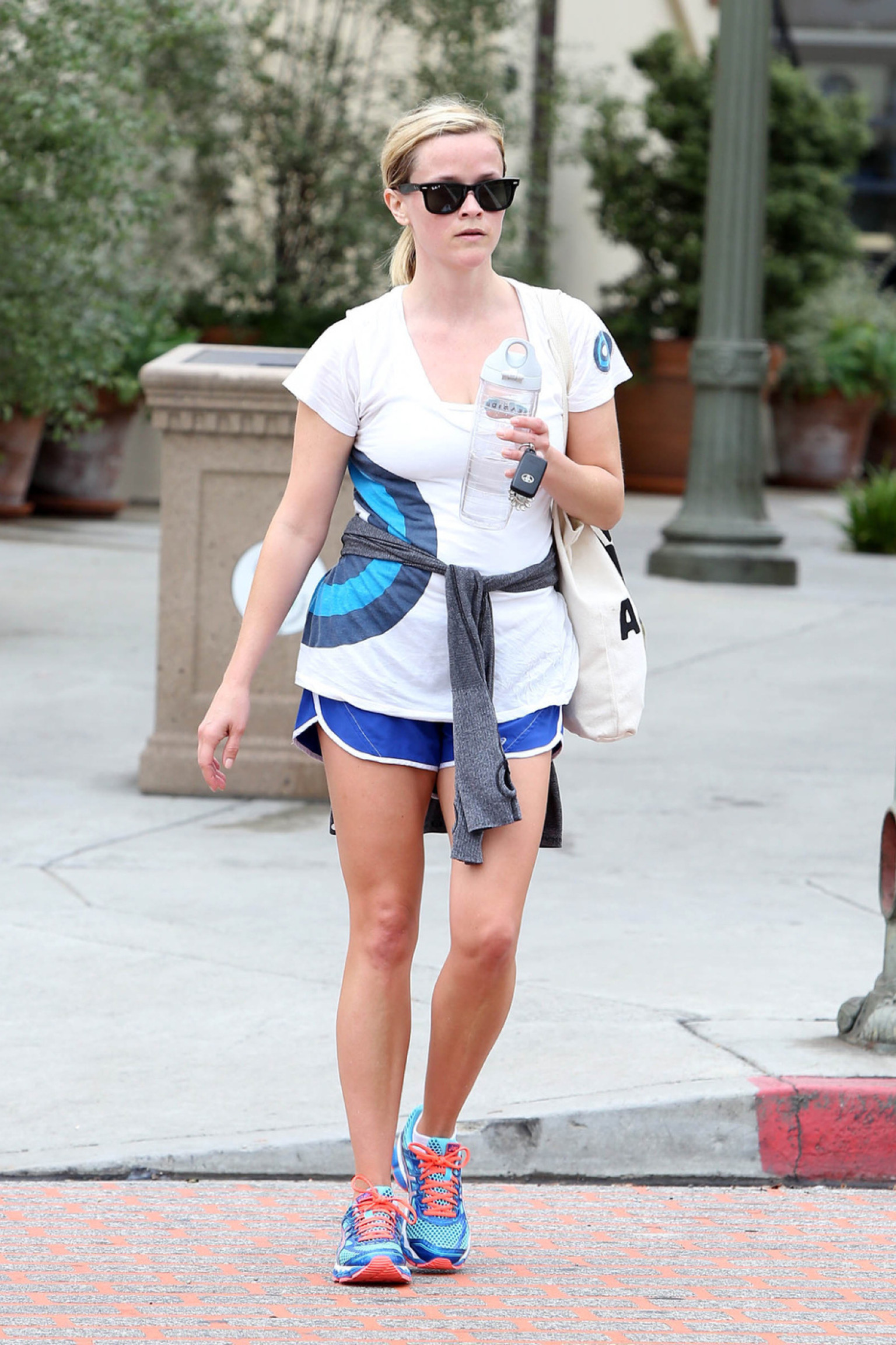 Reese Witherspoon Rocks Short Shorts And She S Looking