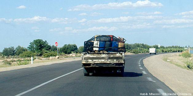 Véhicule transportant du carburant de contrebande en Tunisie sur la route de El-Houareb, Kairouan
