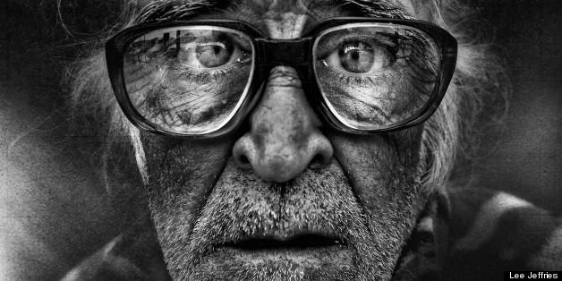 Pour sensibiliser sur la situation des SDF, le photographe Lee Jeffries en fait des portraits saisissants.