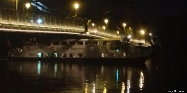 Tweet of the boat incorrectly reported as stuck under the Hammersmith Bridge