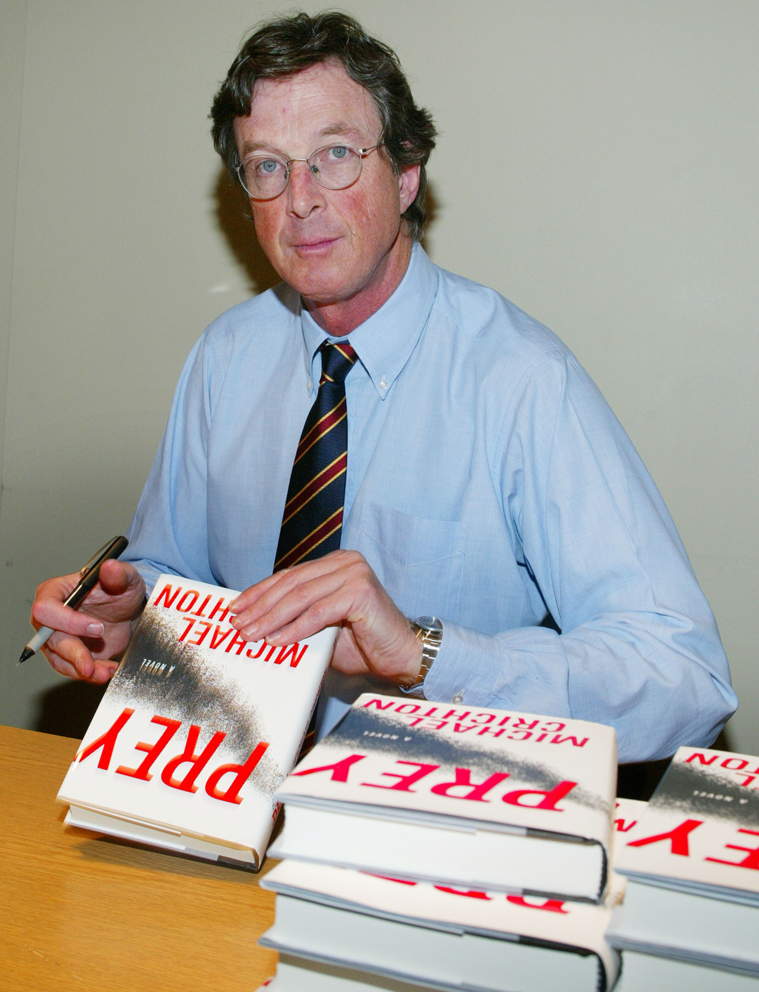a biography of michael crichton Michael crichton was born in chicago, illinois, but grew up in roslyn, new york his father was a journalist and encouraged him to write and to type michael gave up studying english at harvard university, having become disillusioned with the teaching standards--the final straw came when he submitted an essay by.