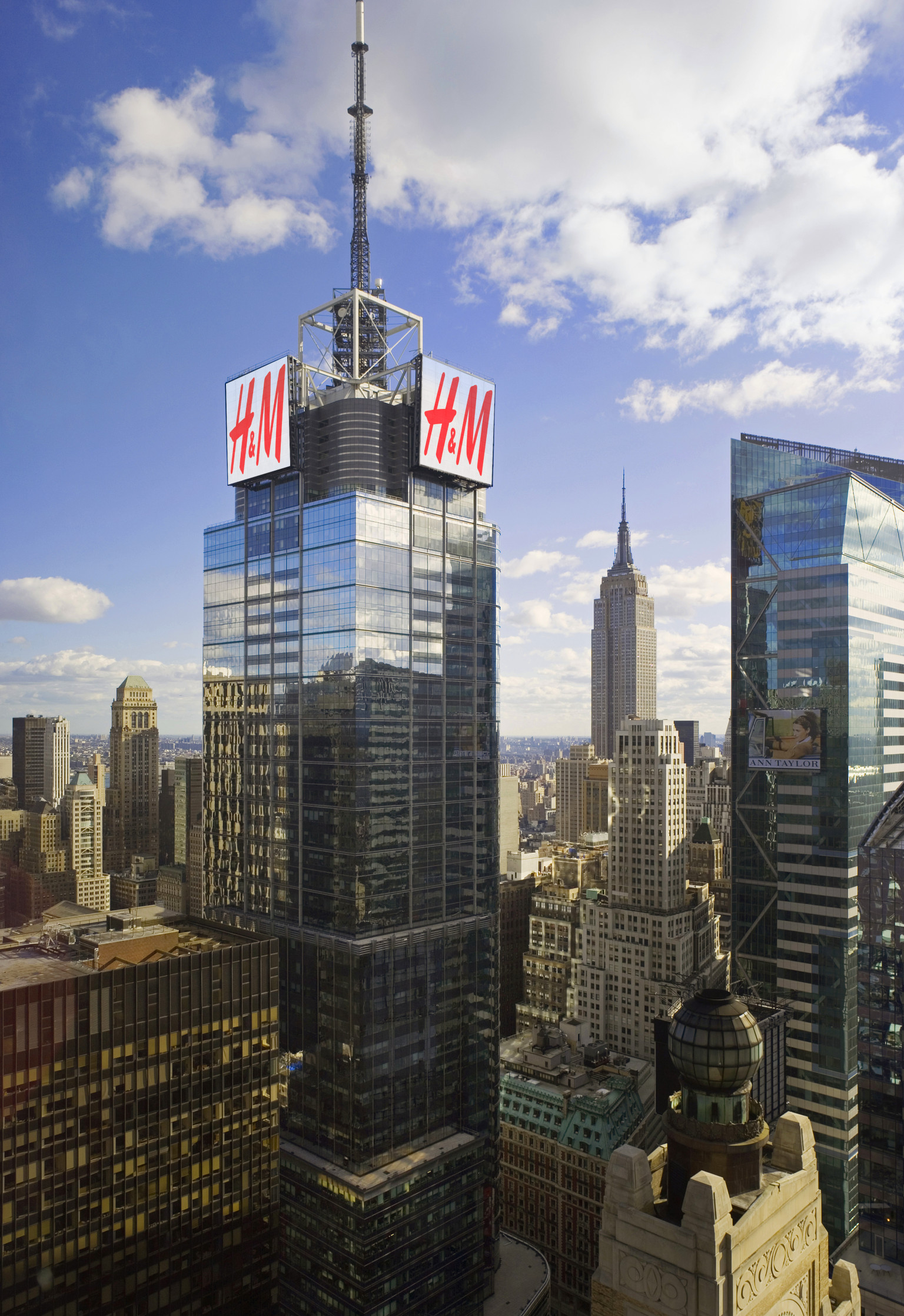 H Amp M Signs Atop 4 Times Square To Change New York City