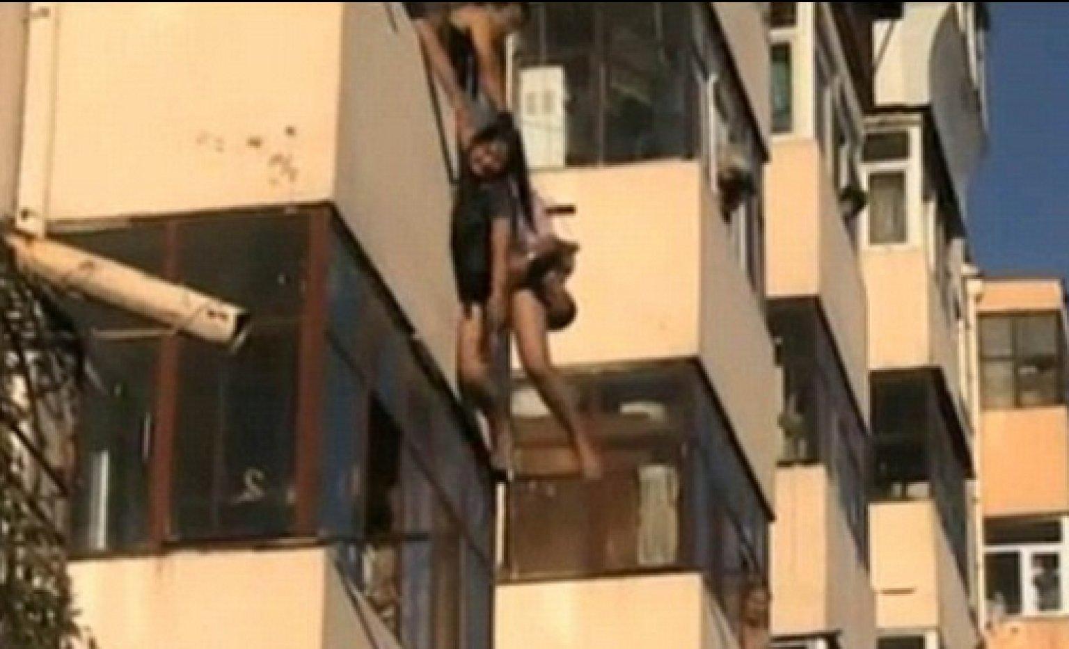 В китае влюбленная пара выпала с балкона во время ссоры (вид.