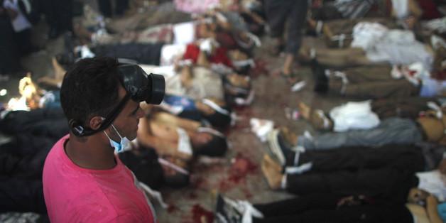 Une Egyptienne tente d'arrêter un bulldozer pour protéger un jeune blessé, le 14 août 2013 sur la place Rabaa al-Adawiya, au Caire