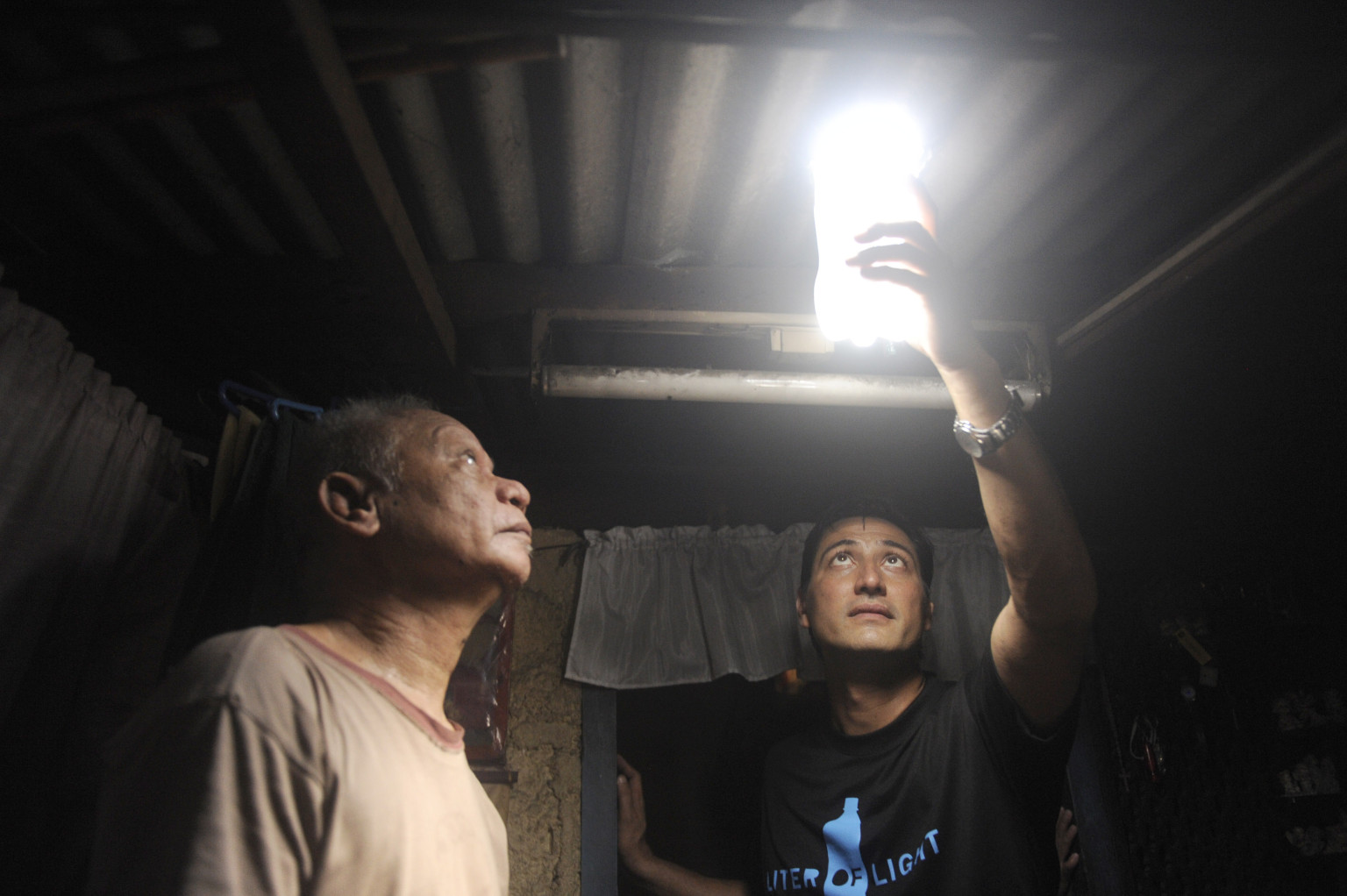 U0027MyShelter Foundationu0027 And Brazilian Mechanic Alfredo Moser Bring Light To  1 Million Poor Homes With Water, Bleach, Bottles | HuffPost