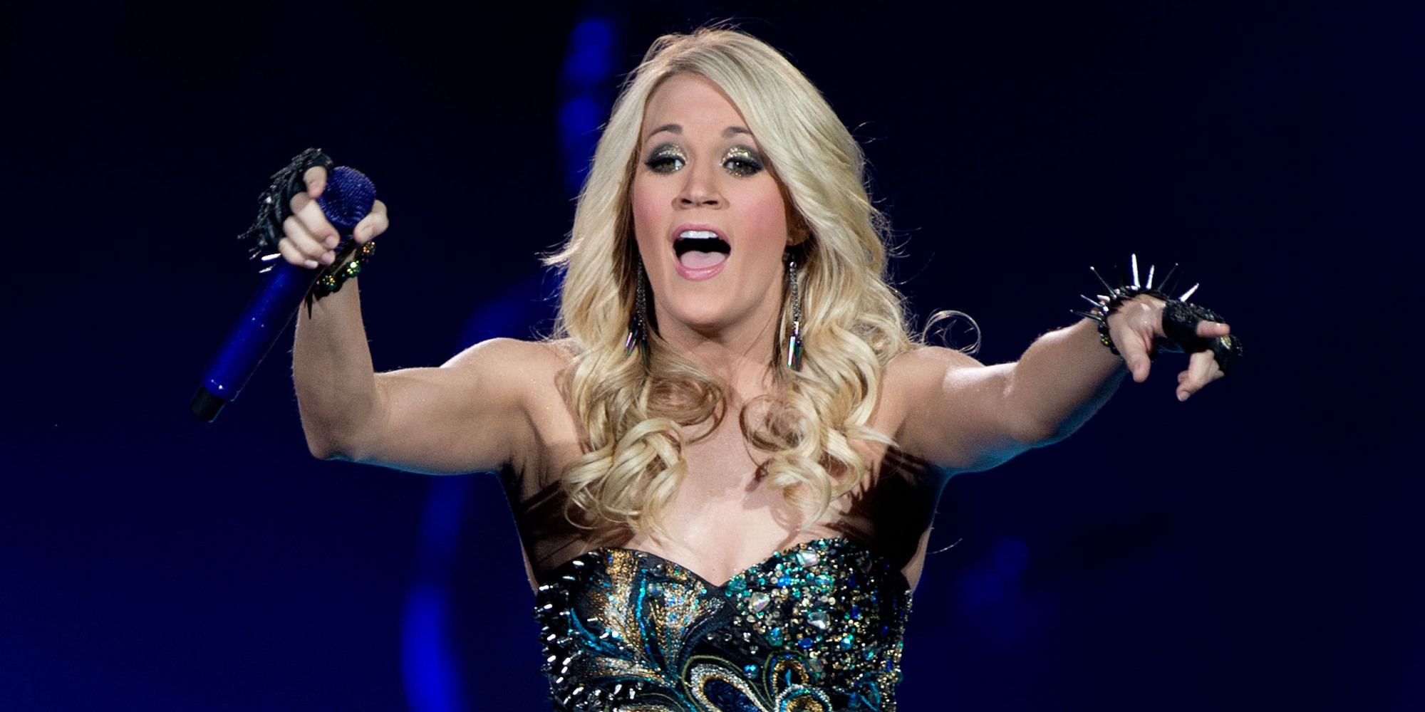 carrie underwood falls onstage during texas concert pulls it off video huffpost