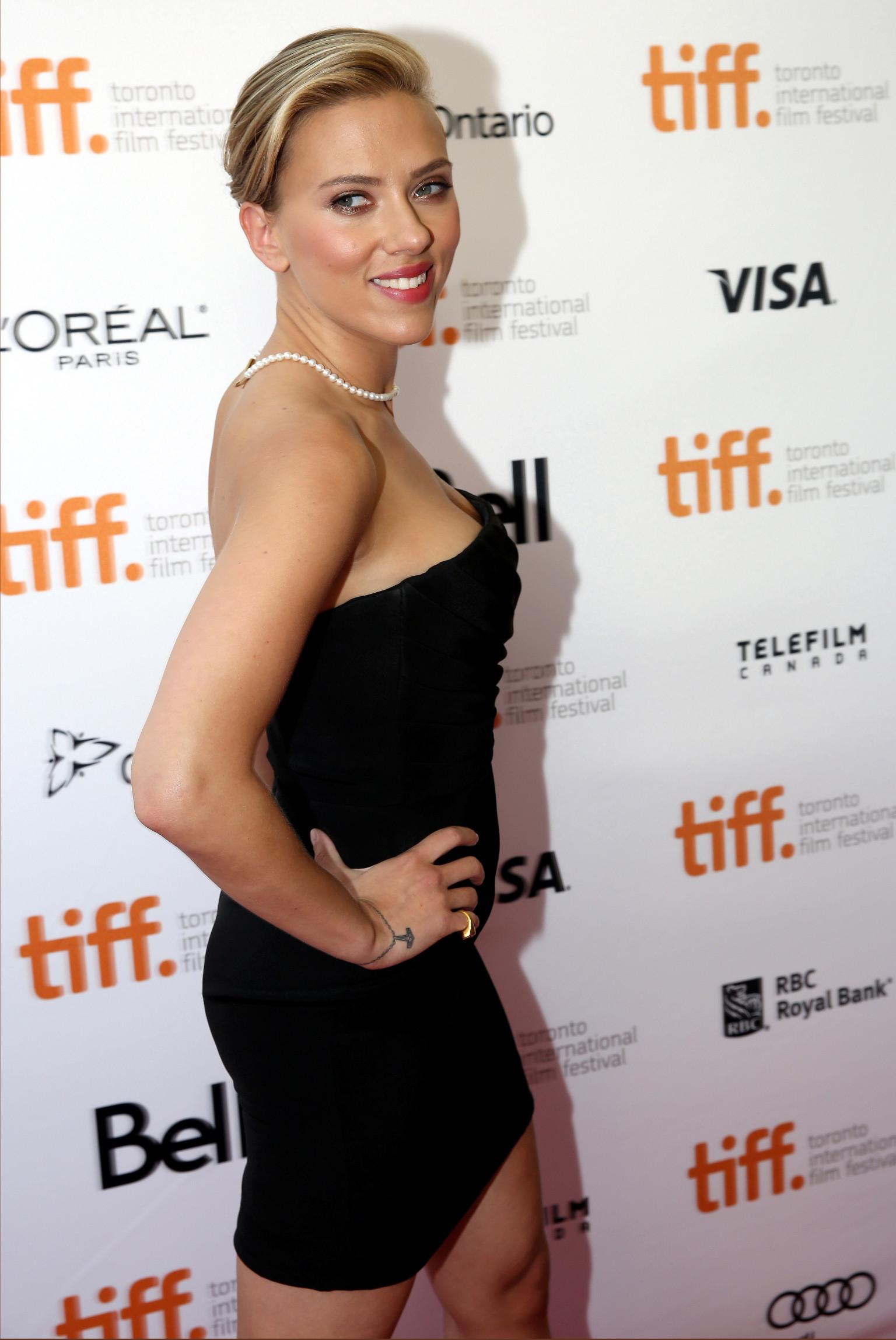 Scarlett Johansson Wears Tiny Black Dress Pearls To Don Jon Premiere Photos Huffpost