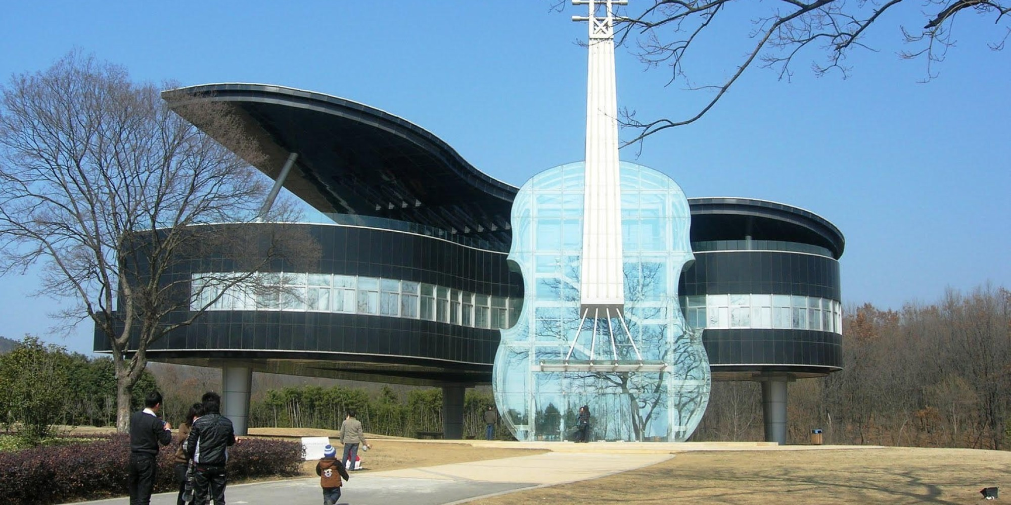 Grand piano and violin shaped house in china is the for Crazy house music