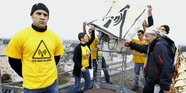 Des activistes anti-ondes déploient une banderole sur une antenne-relais