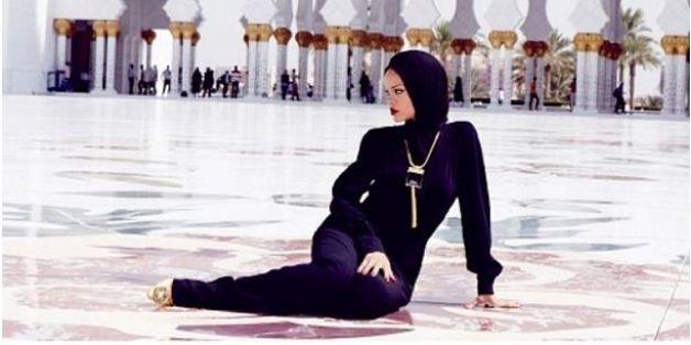 Voilée et vêtue d'un habit traditionnel noir, Rihanna a pris la pose au beau milieu de la mosquée