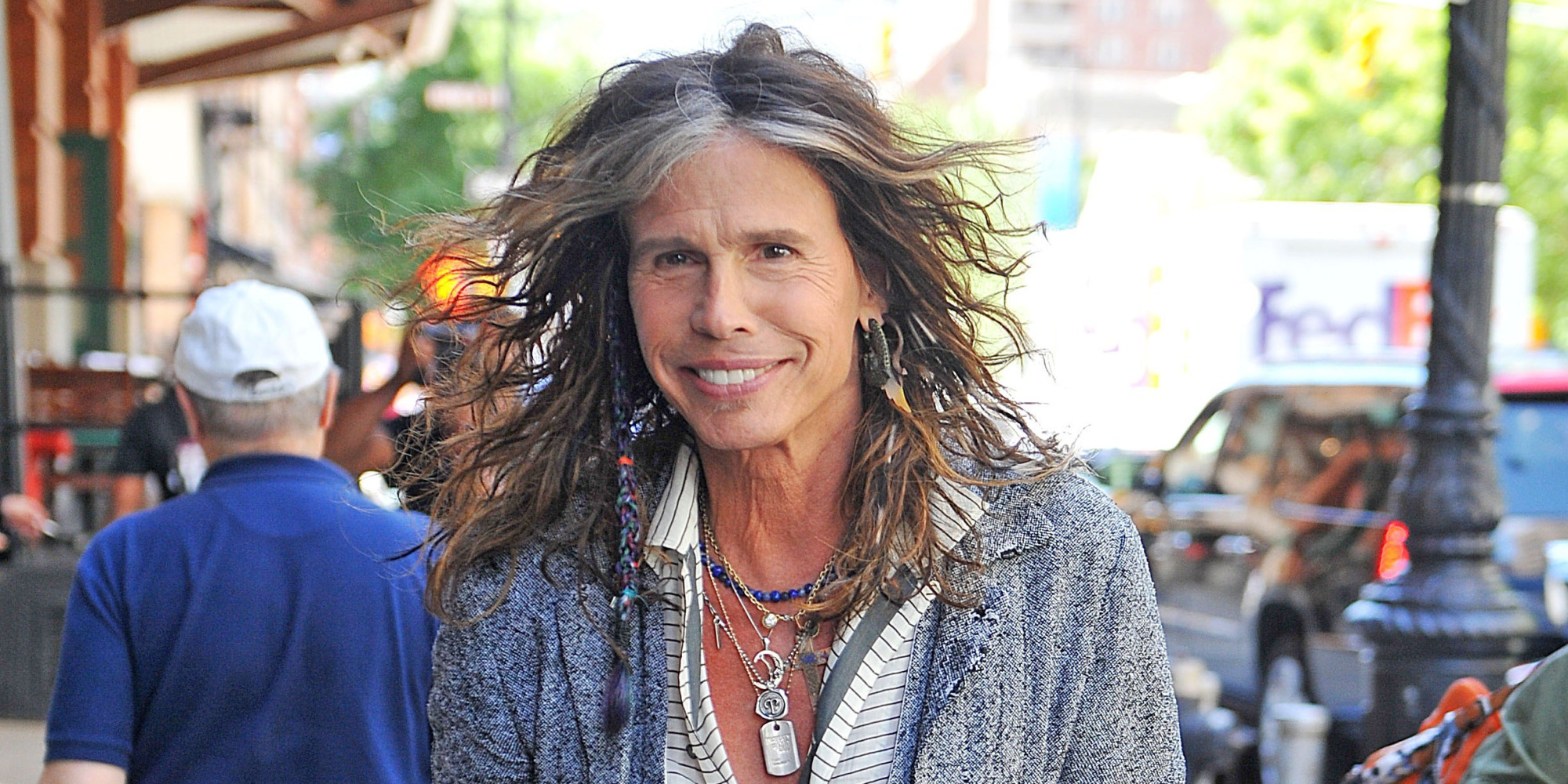 steven tyler takes a bathroom break at olive garden and walks out with breadsticks huffpost - Olive Garden Salary