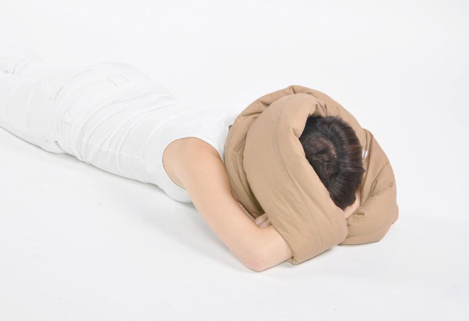 ノマド生活にピッタリ、「メビウスの輪」型の枕