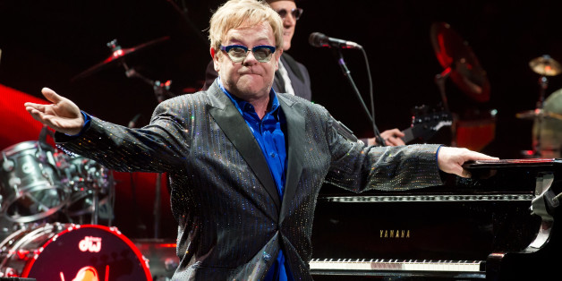 Elton John has issued a challenge to Putin