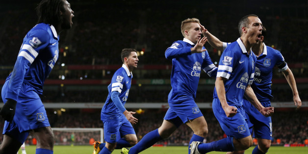 Everton players celebrate after Everton's Spanish striker Gerard Deulofeu (C) scored an equaliser during the English Premier League football match between Arsenal and Everton at The Emirates Stadium in north London on December 8, 2013.  The match ended in a 1-1 draw.  AFP PHOTO/ADRIAN DENNIS