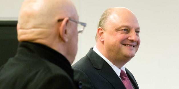 Olaf Glaeseker (rechts), früherer Sprecher des Ex-Bundespräsidenten Wulff, und der Mitangeklagte Manfred Schmidt