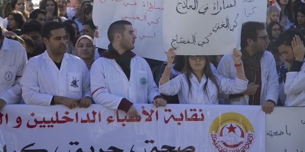 """La marche des """"blouses blanches"""" contre le projet de loi prévoyant l'instauration d'un service obligatoire de trois ans."""