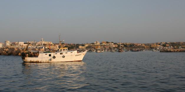 Photo d'un bateau de pêche au large de Lampedusa. Selon l'organisation United for intercultural action, plus de 17.000 migrants ont péri en 20 ans en tentant d'entrer en Europe