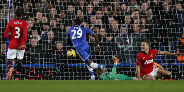 Chelsea's Cameroonian striker Samuel Eto'o (C) scores their second goal past Manchester United's Spanish goalkeeper David de Gea (2R) during the English Premier League football match between Chelsea and Manchester United at Stamford Bridge in London on January 19, 2014.  AFP PHOTO / ADRIAN DENNIS