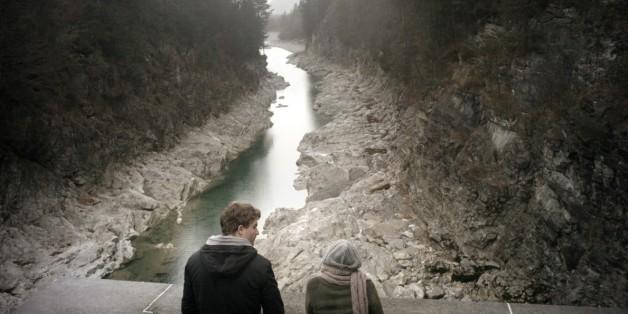 Roman und Laura stehen am Staudamm.