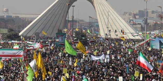 Des Iraniens fêtent le 34e anniversaire de la révolution islamique, le 10 février 2013 place Azadi, à Téhéran