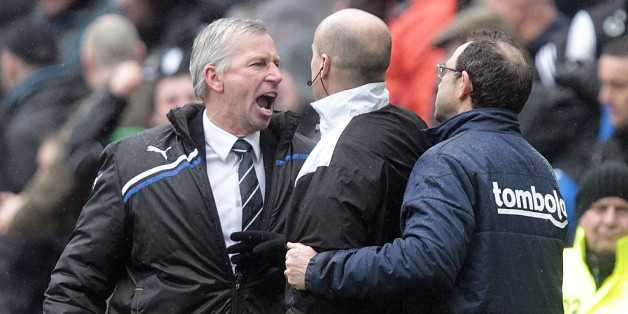 Newcastle United's manager, Alan Pardew (L) gestures towards Sunderland's manager, Martin O'Neill (R) with fourth official, Lee Mason during an English FA Premier League football match at St James' Park, Newcastle upon Tyne, England, on March 04, 2012. AFP PHOTO/GRAHAM STUART - FOR EDITORIAL USE 