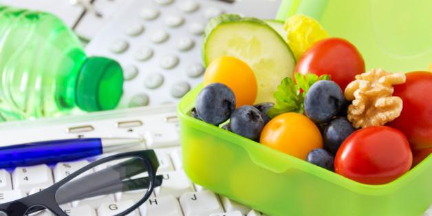 Pausen am Arbeitsplatz sind unterschätzt, aber notwenig: Ein Obst-Snack kann die Leistungsfähigkeit steigern