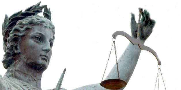대학 동아리 모임에서 성폭행을 당한 미국 여학생 '체임벌린'이 실명으로 피해 사실을 공개하고 가해자에게 100억원대의 배상금을 요구하는 소송을 냈다