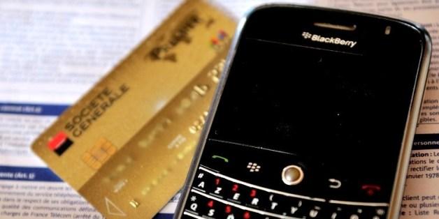 금융사와 기업체에서 대규모 개인 정보 유출로 금융사기 위험성이 커짐에 따라 카드 결제 시 문자 알림 서비스가 올 상반기에 전면 의무화된다.