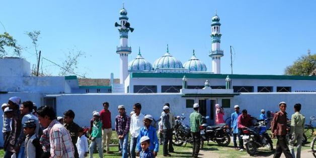 Des musulmans indiens sortent de la prière du vendredi à la Jama Masjid d'Ayodhya le 13 mars 2014