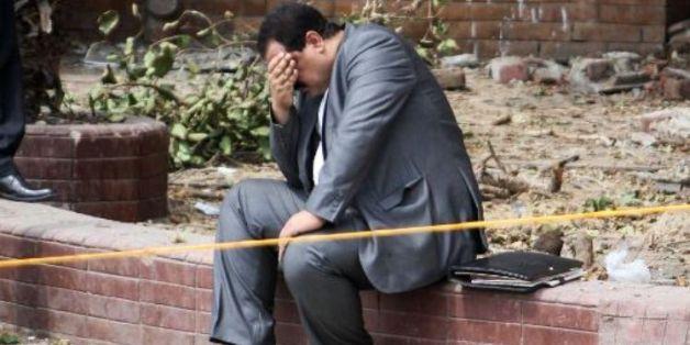 Un Egyptien sous le choc après l'explosion d'une bombe contre un poste de police près de l'université du Caire au centre la capitale égyptienne mercredi.