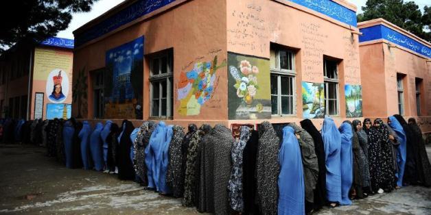 Des Afghanes font la queue pour voter, à Hérat le 5 avril 2014