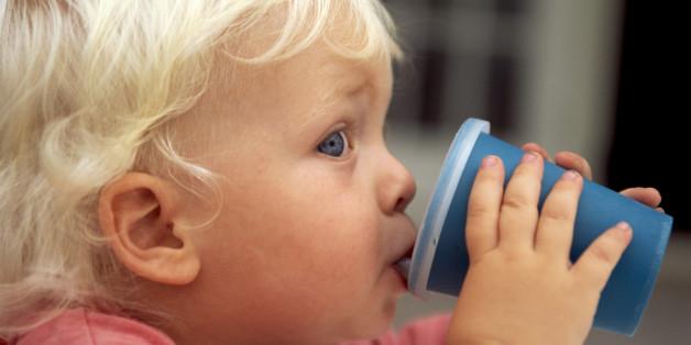 Deshalb solltet ihr die Nuckelflasche eurer Kinder genau unter die Lupe nehmen