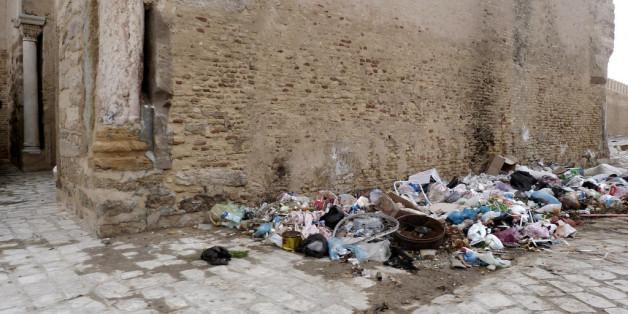 Poubelles dans les rues de Kairouan, Tunisie