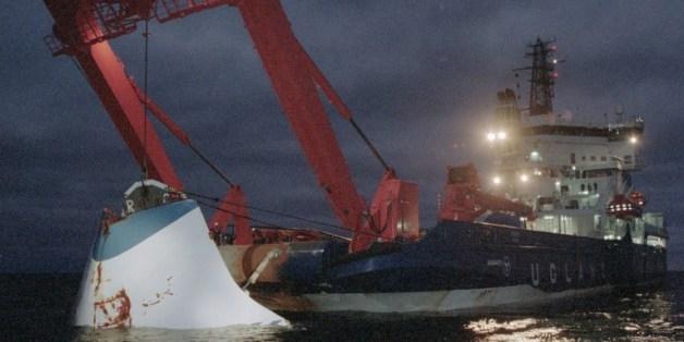 에스토니아호는 1994년 9월 28일 발트해를 지나던 중에 침몰했다. 852명이 목숨을 잃었다. 사진은 1994년 11월 19일 배를 인양하는 모습이다.