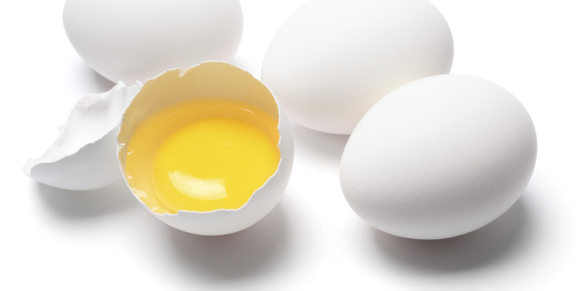 Estos son los peligros de comer claras del huevo sin las for Cocinar yema de huevo