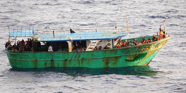 Migrants secourus à bord d'un bateau au large de la Sicile, le 30 octobre 2013