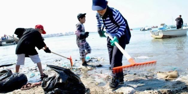 """Nettoyage des plages d'Alger dans le cadre de l'opération """"Eboueurs de la mer"""""""