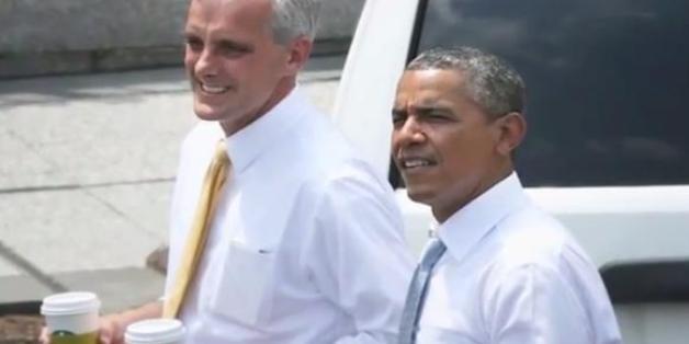 오바마 대통령이 스타벅스에서 산 커피를 들고 백악관 부근 거리를 걷고 있다.