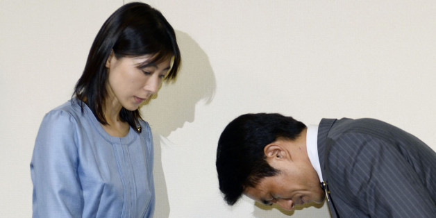 스즈키 의원이 23일 '피해자'인 시오무라 아야카(鹽村文夏·36·여) 다함께당 소속 의원에게 사죄하고 있다.