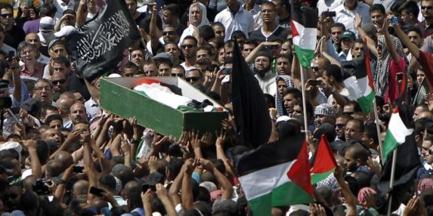 Des milliers d'habitants de Jérusalem-Est participent aux funérailles du jeune Palestinien assassiné apparemment en représailles au meurtre de trois Israéliens, le 4 juillet 2014
