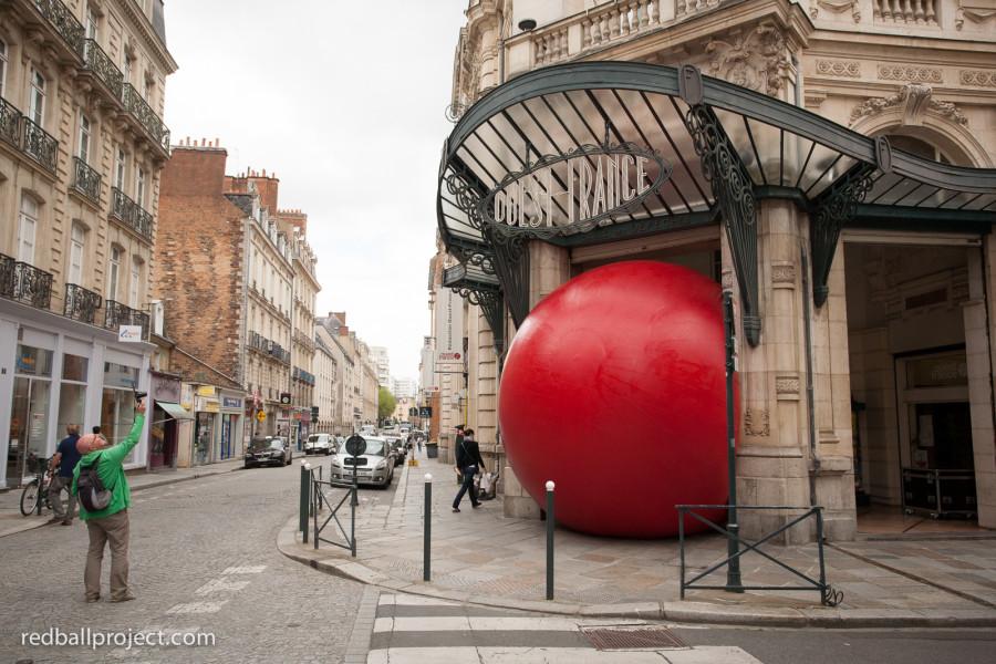 레드볼 프로젝트 : 전 세계 도시를 돌아다니는 거대하고 빨간 공 하나(사진)