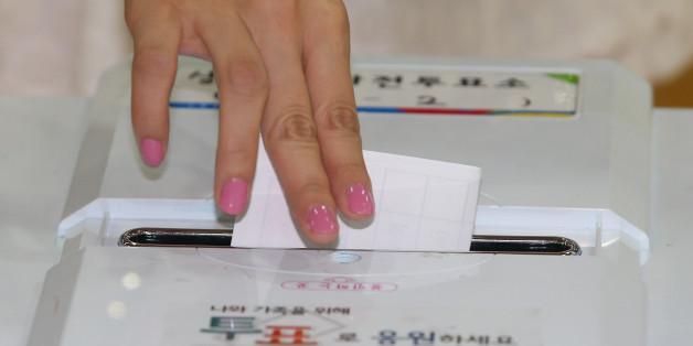 7·30 국회의원 재·보궐선거 사전투표 마지막 날인 26일 오후 한 유권자가 서울 동작구 상도1동 사전투표소에서 소중한 한표를 행사하고 있다.
