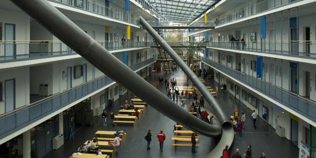 """Forschungs-Campus Garching -  Fakultät für Mathematik und Informatik  ... mit der Rutsche gleiten die Studentinnen und Studenten auf schnellstem Wege vom 3.OG in die Magistrale des Erdgeschoßes   Die Technische Universität München (kurz TUM oder TU München) ist die einzige Technische Universität in Bayern. Sie ist eine der größten Technischen Hochschulen in Deutschland und zählt zu den auch international renommierten deutschen Spitzenuniversitäten. Ihr Stammsitz ist München. Sie gehört zu den drei ersten Universitäten, die im Rahmen der Exzellenzinitiative in die Förderlinie """"Zukunftskonzept"""" aufgenommen wurden. Sie ist in das Elitenetzwerk Bayern eingebunden. An der TU München werden 133 Studiengänge angeboten. An der TU München  sind über 23.000 Studenten eingeschrieben.   Die Ludwig-Maximilians-Universität München (kurz: LMU oder Uni München) ist eine Universität in der bayerischen Landeshauptstadt München. Sie ist nach ihrem Gründer Herzog Ludwig dem Reichen sowie dem Kurfürsten Max IV. Joseph benannt. An der Ludwig-Maximilians-Universität München sind über 41.000 Studenten eingeschrieben (aus Wikipedia)  <a href=""""http://www.forschung-garching.de/"""" rel=""""nofollow"""">www.forschung-garching.de/</a>  <a href=""""http://de.wikipedia.org/wiki/Forschungsreaktor_M%c3%bcnchen"""" rel=""""nofollow"""">de.wikipedia.org/wiki/Forschungsreaktor_M%c3%bcnchen</a>  <a href=""""http://de.wikipedia.org/wiki/Forschungsreaktor_M%c3%bcnchen_II"""" rel=""""nofollow"""">de.wikipedia.org/wiki/Forschungsreaktor_M%c3%bcnchen_II</a>  <a href=""""http://de.wikipedia.org/wiki/Technische_Universit%c3%a4t_M%c3%bcnchen"""" rel=""""nofollow"""">de.wikipedia.org/wiki/Technische_Universit%c3%a4t_M%c3%bc...</a>  <a href=""""http://de.wikipedia.org/wiki/LMU_M%c3%bcnchen"""" rel=""""nofollow"""">de.wikipedia.org/wiki/LMU_M%c3%bcnchen</a>  <a href=""""http://www.universe-cluster.de/"""" rel=""""nofollow"""">www.universe-cluster.de/</a>  <a href=""""http://sustainable2010.blogspot.com/2010/07/forschungs-campus-garching.html"""" rel=""""nofollow"""">sustainable2010.blogspot.c"""